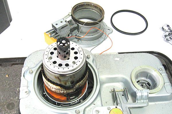 12-コロナ-CORONA-石油ストーブ-RX-298W-の芯交換-本体の分解-しん案内筒とパッキンの取り外し完了