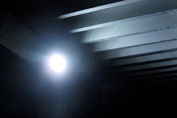 8-ヤフオクで2780円で購入したソーラーセンサーライトの明るさチェック