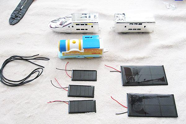 プラレール本体と車輌、ソーラーパネルと工具を準備する