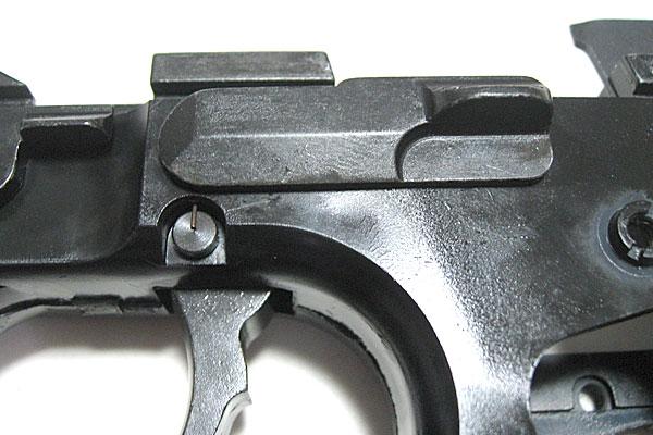 スライドキャッチの組み込み完了-9mmM9-ドルフィン-Dolphin-セミ-フル-セレクティブ-マシンピストル-マルシン-モデルガン組立キット