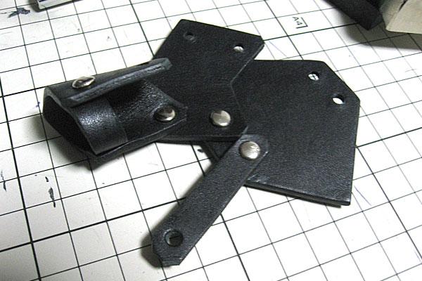 6-レザークラフトでアーマーリング-打ち台を使ってカシメ-徐々にアーマーリングっぽく