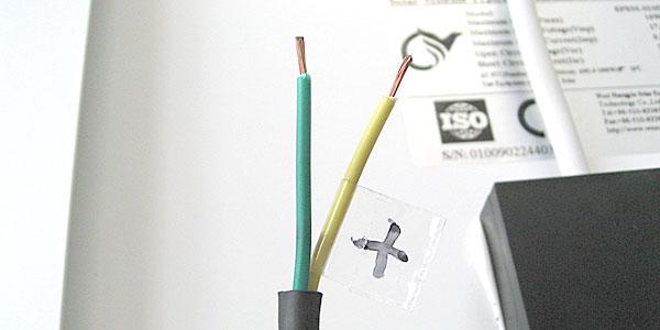 10Wソーラーパネルのケーブルの被覆を剥いてマークを付ける