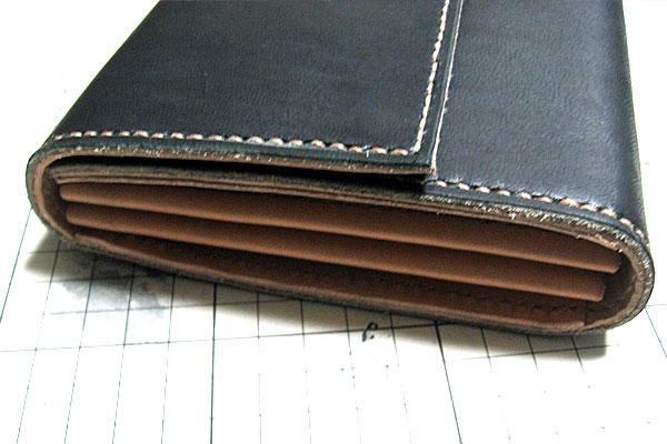 28-レザークラフト-ロングウォレット-長財布-クラッチバッグ-最終縫製完了-まだコバが荒れた状態