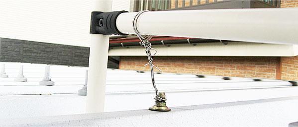 ソーラーパネルの架台はワイヤーでシッカリとカーポートに固定