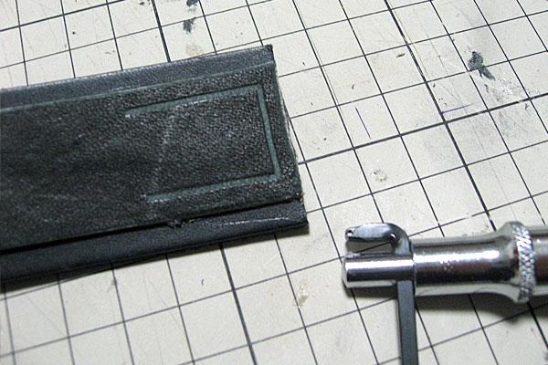 縫う箇所をステッチンググルーパーで溝切り-ギボシ止めハードレザーベルト-レザークラフト