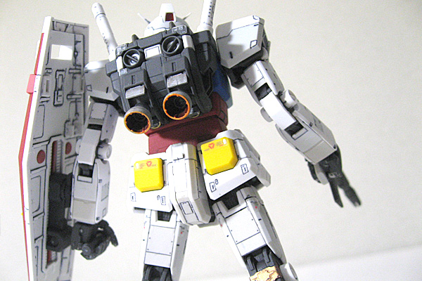 RG-RX-78-2-ガンダム-リアルグレード-完成-後ろから