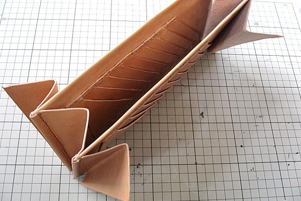 17-レザークラフト-ロングウォレット-長財布-クラッチバッグ-ヌメ革で内部を製作-2つの仕切りを扇形のマチで連結完了