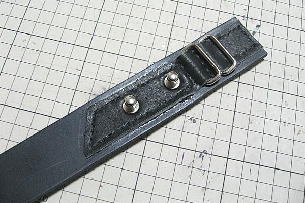 縫ったのちにハトメ抜きで穴を開けてギボシを取り付け-ギボシ止めハードレザーベルト-レザークラフト
