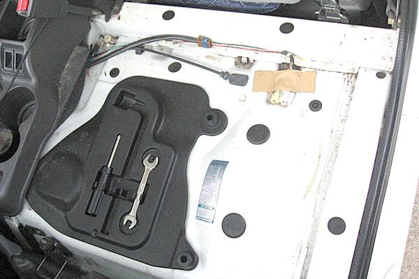 8-スバル-サンバーバン-セルモーター交換-まずは助手席下を開放