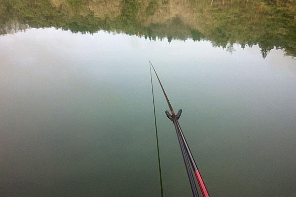 3-ログハウス近くのヘラ台が空いていたのでヘラブナ釣り開始
