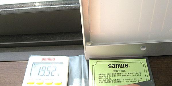 10Wソーラーパネルを窓際に置いて電圧を測ってみる