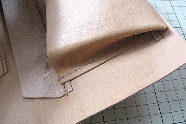 12-レザークラフト-ロングウォレット-長財布-クラッチバッグ-ヌメ革で内部を製作-ポケットのマチとフラップが重なる部分
