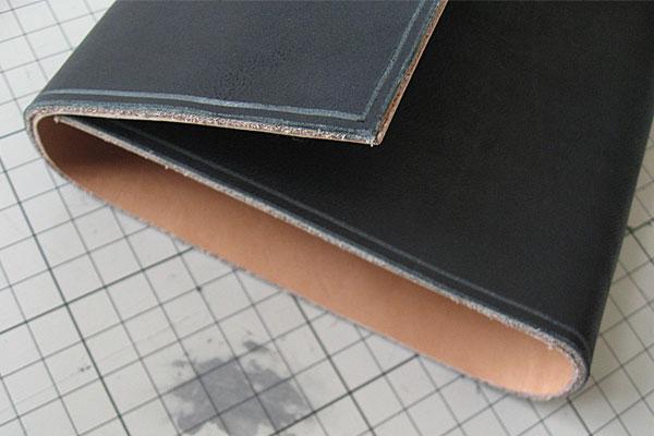 23-レザークラフト-ロングウォレット-長財布-クラッチバッグ-本体-ガワ-の製作-最終縫製と仕上げ-ステッチンググルーバーで溝切り
