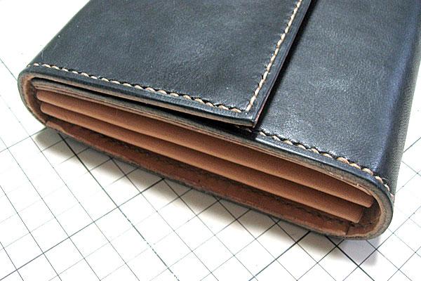 29-レザークラフト-ロングウォレット-長財布-クラッチバッグ-最終縫製完了-コバをトコノールやワックスで磨いて出来上がり