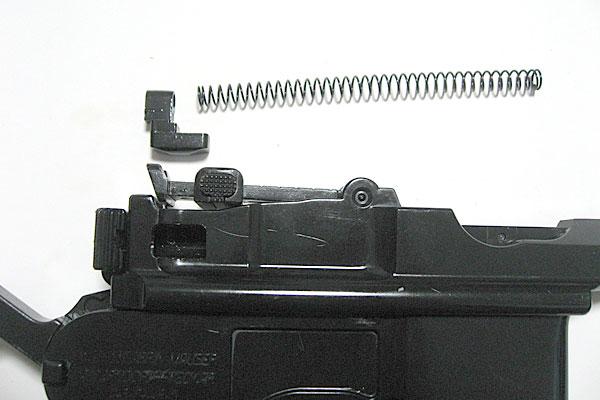 ボルトにリコイルスプリングを組込み-モーゼル-MAUSER-C96-M712-組立キット-モデルガン-マルシン