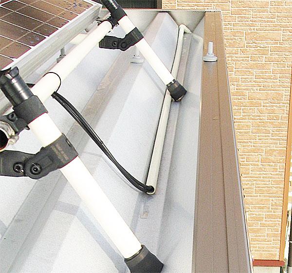 ソーラーパネルからコンテナボックスまでのケーブルを保護する