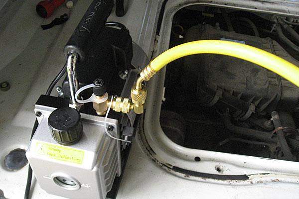 14-カーエアコン用冷媒の充填-黄色のホースはとりあえず真空ポンプへ接続