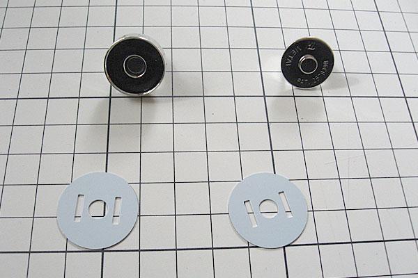 15-レザークラフト-ポシェット-ポーチ-フラップ-蓋になる部分にはマグネット