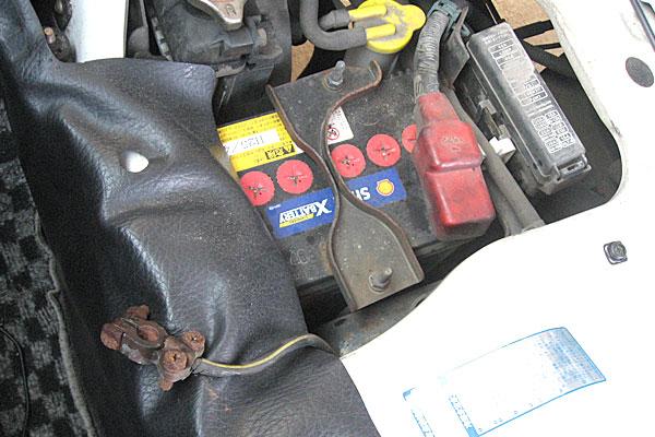 10-スバル-サンバーバン-セルモーター交換-バッテリーのマイナス端子を外してボディーに触れないように絶縁