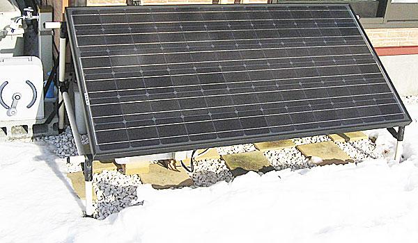 雪の反射を受けて良い感じで発電している200Wパネル