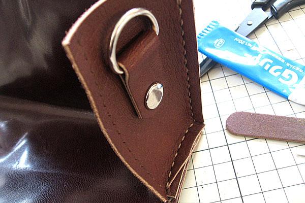 30-レザークラフト-ポシェット-ポーチ-本体とマチの部分を縫っていく-底面縫い終わり