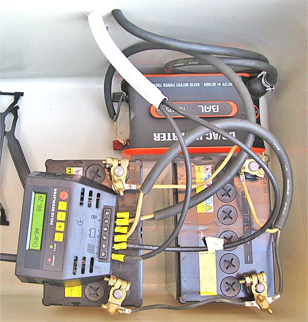 チャージコントローラーやバッテリーの格納BOX