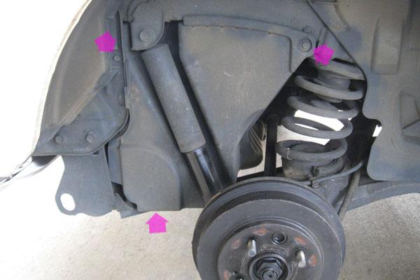 5-コンプレッサーの取り外し-運転席側リヤタイヤの奥のカバーを外す