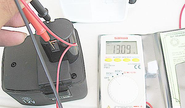電動ドライバーのバッテリー電圧を測ってみる