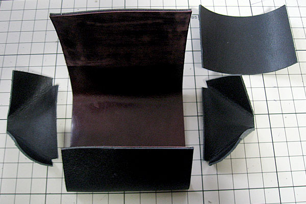 6-レザークラフト-コインケース-小銭入れ-表面と中面の革をすべて仮止め-パーツを一つ追加