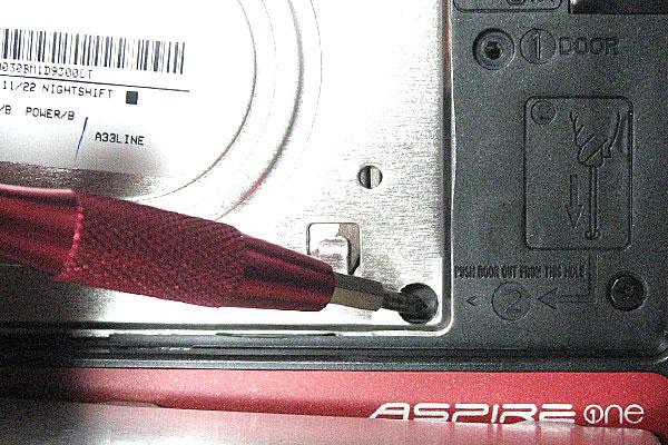 ACER-D255-分解-HDD脇の穴から、底面のフタを押し出す