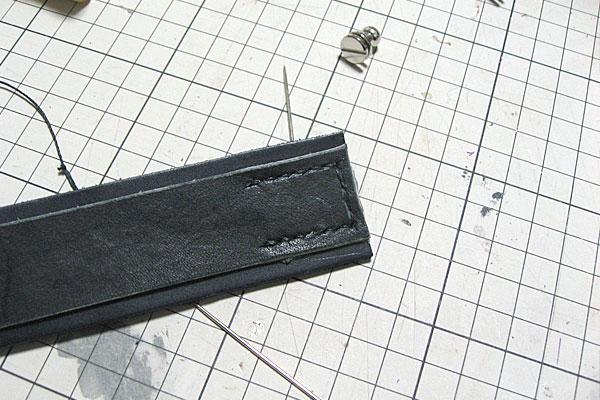 縫っていく-ギボシ止めハードレザーベルト-レザークラフト